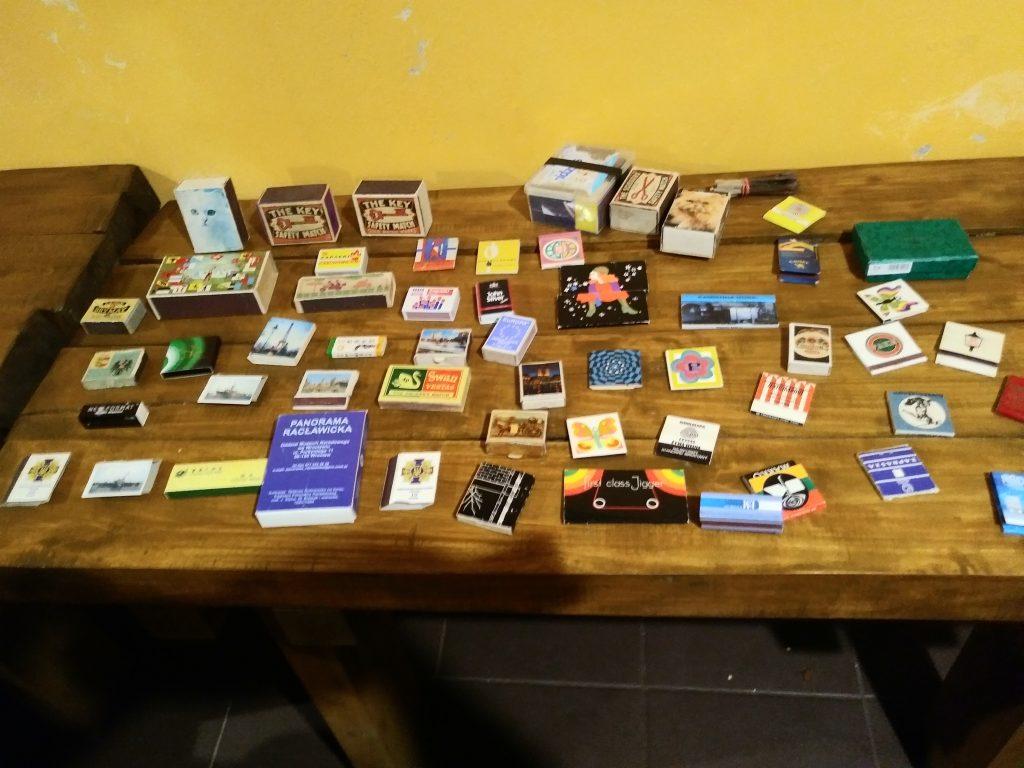 Widok stołów z kolekcją pudełek po zapałkach