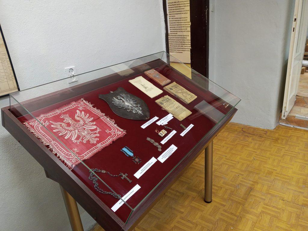 Zdjęcie przedstawia gablotę z pamiątkami legionowymi